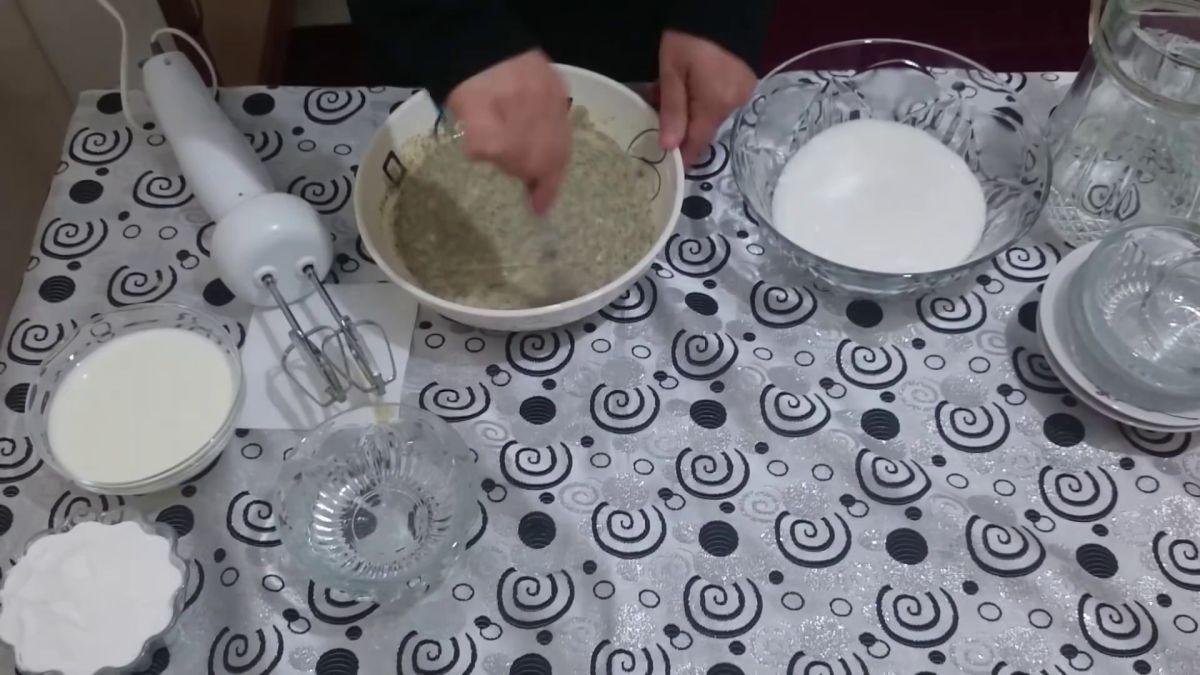 Mavi Haşhaşlı Pasta Nasıl Yapılır Videosu