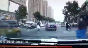 Otomobili çocuğa böyle çaprtı