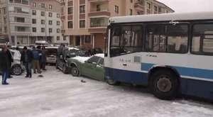 Ankara'da belediye otobüsü buzlu yolda kaydı, 10 aracı sürükledi