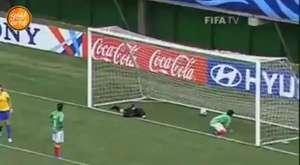 Kadın Futbolcudan Görülmemiş Taç Atışı!