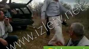 Filistinli çocuğu gözaltına almaya çalışan israilli.