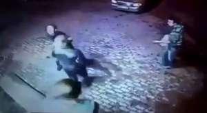 2 şaşkın hırsızın soymaya çalıştığı yaşlı adam boksör çıkarsa
