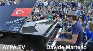 AYPA-20130702 Taksim-Pianist Davide Martello spielte in Berlin-Kreuzberg auf dem Oranienplatz