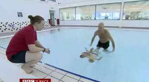 BBC Türkçe - 25 Metre Yüzen İkiz Bebekler