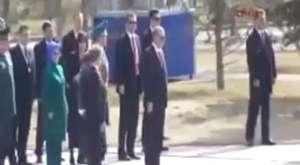 Ahmet Davutoğlu'nun konuşacağı kürsüyü devirdiler