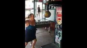 Kadının Yumruk Atma Makinası İle İmtihanı