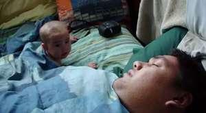 Ameliyat Konusundaki Marifetlerini Kurabiyeler Üzerinde Gösteren Adam