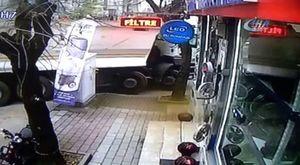 Kaza yapan araçlardan biri eve çarparak durabildi