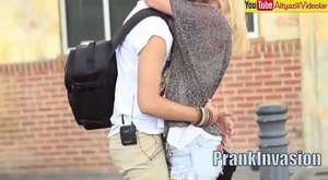 Bilek güreşi yaparak kızlarla öpüşmek