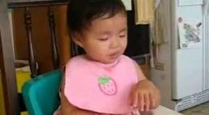 kağıda gülen bebek