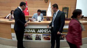 Akhisar'da İlginç Bir Kaza, Araç Hurdaya Döndü
